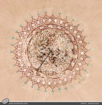 طرح زیر گنبد مسجد آقا بزرگ کاشان که جزو بزرگترین گنبد های آجری کشور می باشد