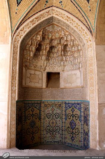 محراب کاشی کاری واقع در شبستان جنب گنبد که در حقیقت مجموعه ای است از هنرهای کاشی کاری، گچ بری، کتیبه نویسی، مقرنس کاری ونقاشی